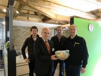 2013 Spendenübergabe an die Tafeln Kelheim, Raimund Fries Stadtrat von Kelheim nahm die Spenden in Empfang