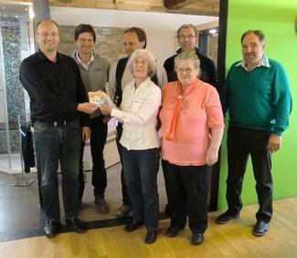 Die Spenden 2015 gingen an Tierhilfe Kelheim/Abensberg e.V.Es wurden 477,72 € an Spenden gesammelt und übergeben Von der Tierhilfe dabei: Frau Kaufmann (links) aus Kelheim und Frau Silbermann (rechts) aus Riedenburg. Da alle Mitglieder der Tierhilfe Ehrenamtlich tätig sind kommen die Spenden zu 100 % den Tieren zu Gunsten.